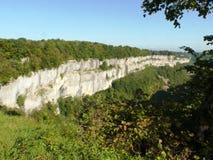 Penhascos da pedra calcária do circo de Messieurs dos les dos Baume em França foto de stock