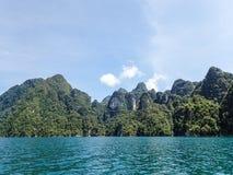 Penhascos da pedra calcária no lago Khao Sok Imagem de Stock