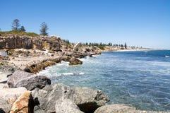 Penhascos da pedra calcária: Praia sul de Cottesloe Fotografia de Stock