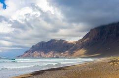 Penhascos da praia de Famara imagens de stock royalty free