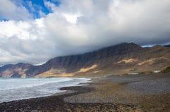 Penhascos da praia de Famara foto de stock royalty free