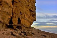 Penhascos de Dorset, por do sol na praia, mar e céu Foto de Stock Royalty Free