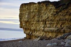 Penhascos de Dorset, por do sol na praia, mar e céu Fotos de Stock Royalty Free