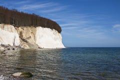 Penhascos de giz altos na costa de Ruegen imagem de stock