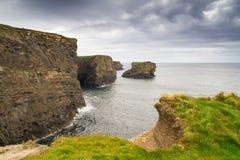 Penhascos de Kilkee no condado Clare Fotografia de Stock