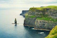 Penhascos de Moher, costa oeste da Irlanda, condado Clare em Oceano Atlântico selvagem A foto de um mar cênico bonito e o céu aja Fotografia de Stock