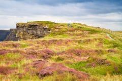 Penhascos de Moher, costa oeste da Irlanda, condado Clare em Oceano Atlântico selvagem A foto de um mar cênico bonito e o céu aja Fotos de Stock Royalty Free