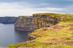 Penhascos de Moher, costa oeste da Irlanda, condado Clare em Oceano Atlântico selvagem A foto de um mar cênico bonito e o céu aja Fotografia de Stock Royalty Free