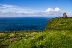 Penhascos de Moher no oceano de Alantic com a torre na Irlanda ocidental com as ondas que golpeiam contra as rochas fotos de stock royalty free
