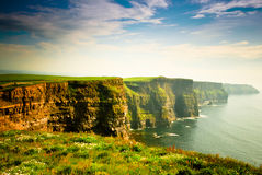 Penhascos de Moher sob o céu nebuloso, Ireland Imagens de Stock