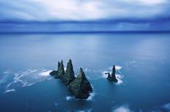 Penhascos de Reynisdrangar perto da cidade de Vik Paisagem dramática com o Oceano Atlântico Atração turística de Islândia fotos de stock royalty free