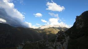 Penhascos do desfiladeiro de Timelapse com sombras e as nuvens moventes do céu Cáucaso norte Rússia filme