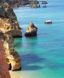 Penhascos do litoral de Portugal, do Algarve e mar fotografia de stock