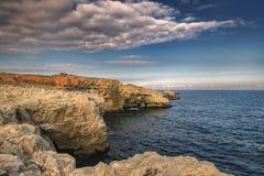 penhascos do litoral perto da vila de Tyulenovo fotografia de stock