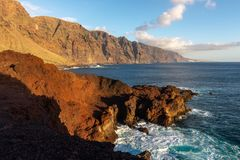 Penhascos do Los Gigantes do cabo de Punta de Teno na ilha de Tenerife, Espanha foto de stock royalty free