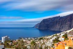 Penhascos do Los Gigantes e opinião longa do perfil da exposição da cidade em Tenerife fotografia de stock royalty free