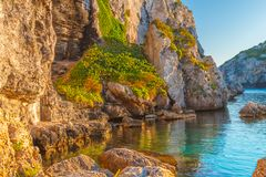 Penhascos do mar Mediterrâneo em Cales Coves no por do sol fotografia de stock royalty free