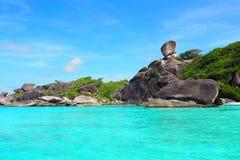 Penhascos e água do mar da rocha na manhã Imagem de Stock
