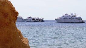Penhascos e barcos de prazer no Mar Vermelho na praia de Egito vídeos de arquivo