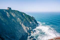 Penhascos e Costa do Pacífico completos da corrediça do ` s do diabo em San Mateo County imagens de stock royalty free