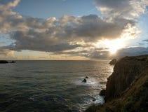 Penhascos e nuvens do mar Imagens de Stock