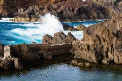 Penhascos e oceano vulcânicos, Madeira Fotografia de Stock
