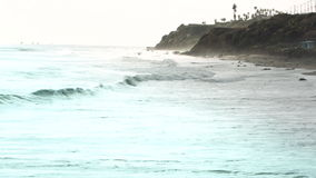 Penhascos e ondas de oceano filme