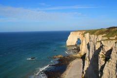 Penhascos e praia de Etretat Imagens de Stock Royalty Free