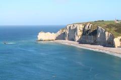 Penhascos e praia de Etretat Imagem de Stock