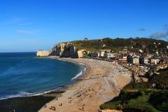 Penhascos e praia de Etretat Imagens de Stock