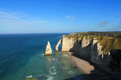Penhascos e praia de Etretat Fotografia de Stock Royalty Free