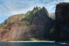 Penhascos e praia de Kalalau na costa do Na Pali imagens de stock