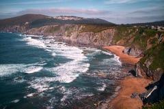 Penhascos e praia selvagem Fotos de Stock