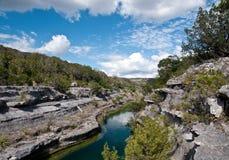 Penhascos e rio com céu azul Fotografia de Stock