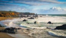 Penhascos e rochas na costa de Califórnia Fotos de Stock Royalty Free