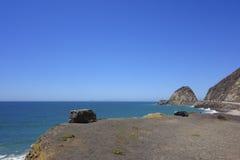 Penhascos e rochas na costa do oceano, ponto Mugu, CA Fotografia de Stock