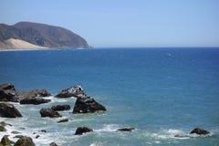 Penhascos e rochas na costa do oceano, ponto Mugu, CA Fotografia de Stock Royalty Free