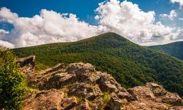 Penhascos e vista da montanha de Hawksbill em Crescent Rock, no parque nacional de Shenandoah fotografia de stock