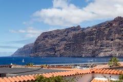 Penhascos enormes e a cidade no oceano Imagem de Stock Royalty Free