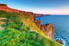 Penhascos irlandeses de Moher no por do sol Imagem de Stock