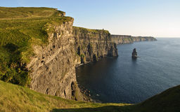 Penhascos irlandeses famosos do por do sol atrasado do moher Fotos de Stock Royalty Free