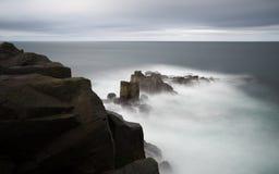 Penhascos islandêses 1 do oceano do basalto imagem de stock royalty free