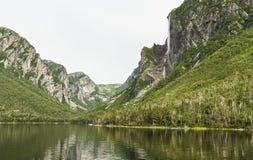Penhascos na lagoa ocidental do ribeiro Imagens de Stock