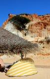 Penhascos na praia de Falesia no Algarve fotos de stock
