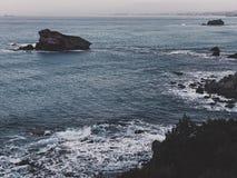 Penhascos no mar imagem de stock royalty free