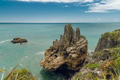 Penhascos no oceano, formação da pedra calcária, paisagem bonita de Nova Zelândia imagens de stock