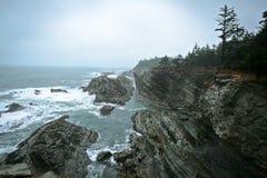 Penhascos rochosos na Costa do Pacífico Fotografia de Stock Royalty Free