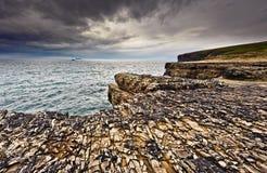 Penhascos sob o céu dramático, cabeça de laço, Ireland fotografia de stock