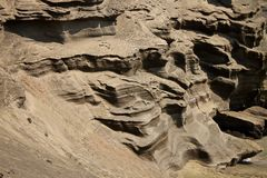 Penhascos Textured na praia verde da areia, Havaí foto de stock