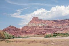 Penhascos vermelhos e o rio de Colorado Imagens de Stock Royalty Free
